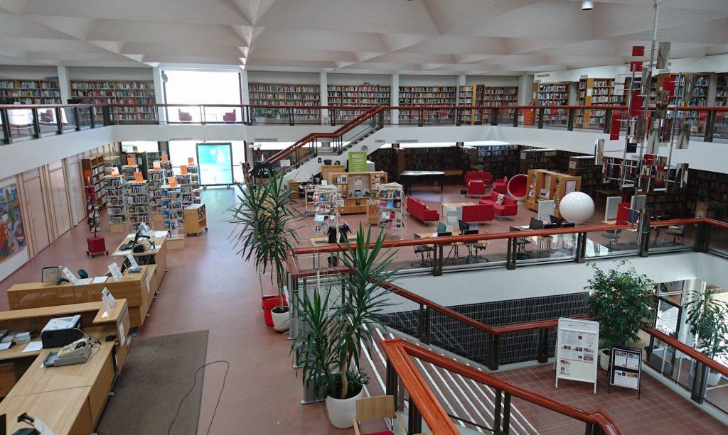Lappeenrannan pääkirjaston avoimia kerroksia parvelta kuvattuna.